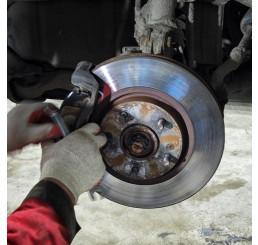 Легковой замена передних тормозных дисков и колодок